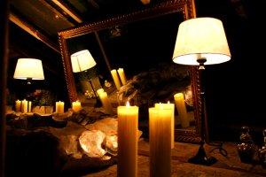 Dachboden mit Spiegel und Kerzen