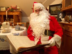 Weihnachtsmann mit Wunschzettel-Buch