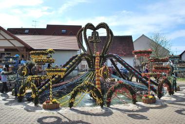 Geschmückter Osterbrunnen in Bieberbach