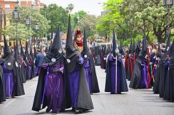Mitglieder einer Bruderschaft bei einer Osterprozession in Sevilla, Spanien