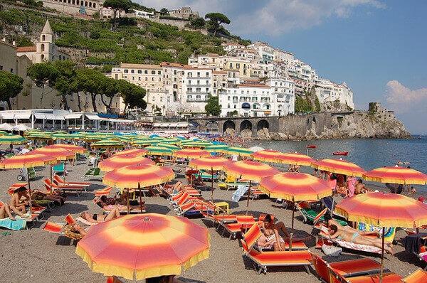 Überfüllter Strand in Italien