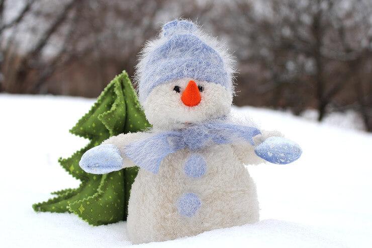 Niedlicher Schneemann als Stofffigur
