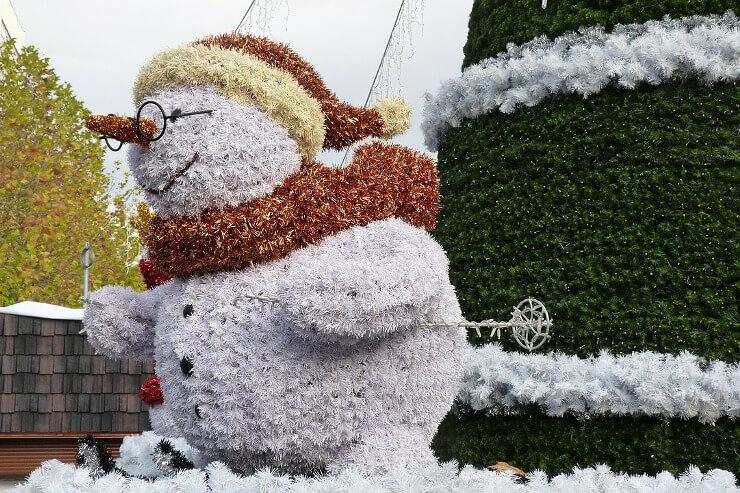 Riesiger Schneemann auf Skiern