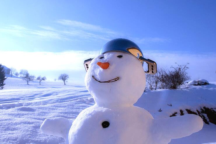 Schneemann mit Topf als Hut