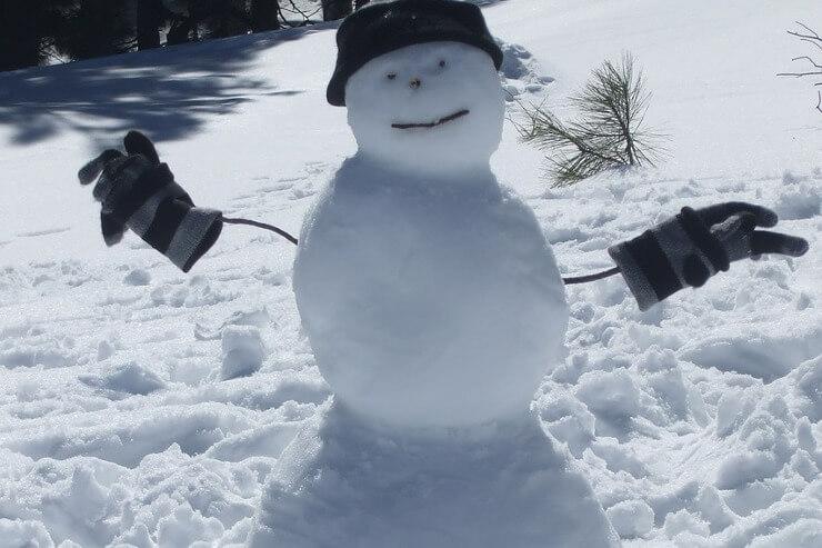 Schneemann mit Handschuhen