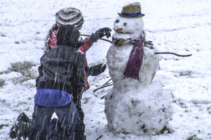 Eifriges Schneemann bauen