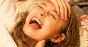 Ein Mädchen lacht über einen lustigen Aprilscherz