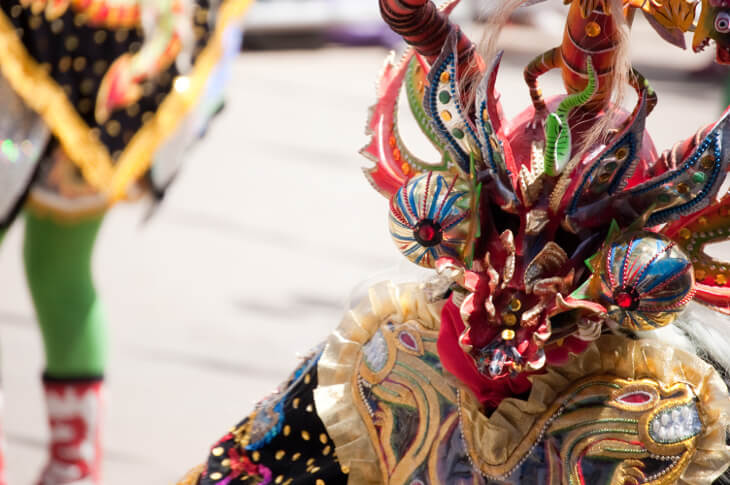 Farbenfrohe Karnevalsmaske aus Oruro