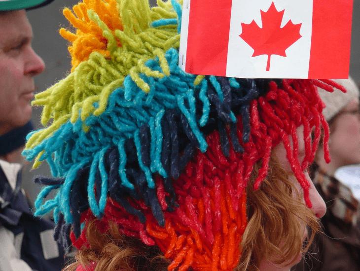Karneval in Kanada: Teilnehmerin mit bunter Mütze