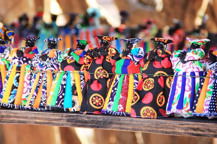 Bunte Puppen zum Karneval in Namibia