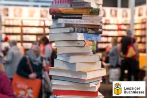 Bücherstapel zur Buchmesse