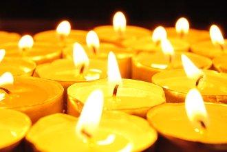 Brennende Kerzen als Symbol für Allerheiligen