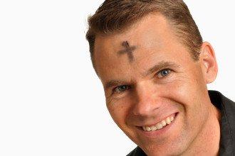 Katholik mit Aschekreuz auf der Stirn