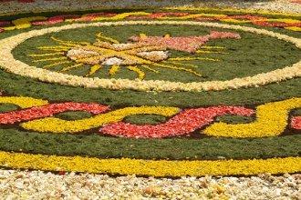 Mit Blumen geschmücktes Beet an Fronleichnam