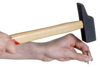 Hammer und Nagel als Symbol für den Tag der Arbeit