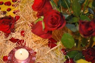 Rosenstrauß mit Kerze